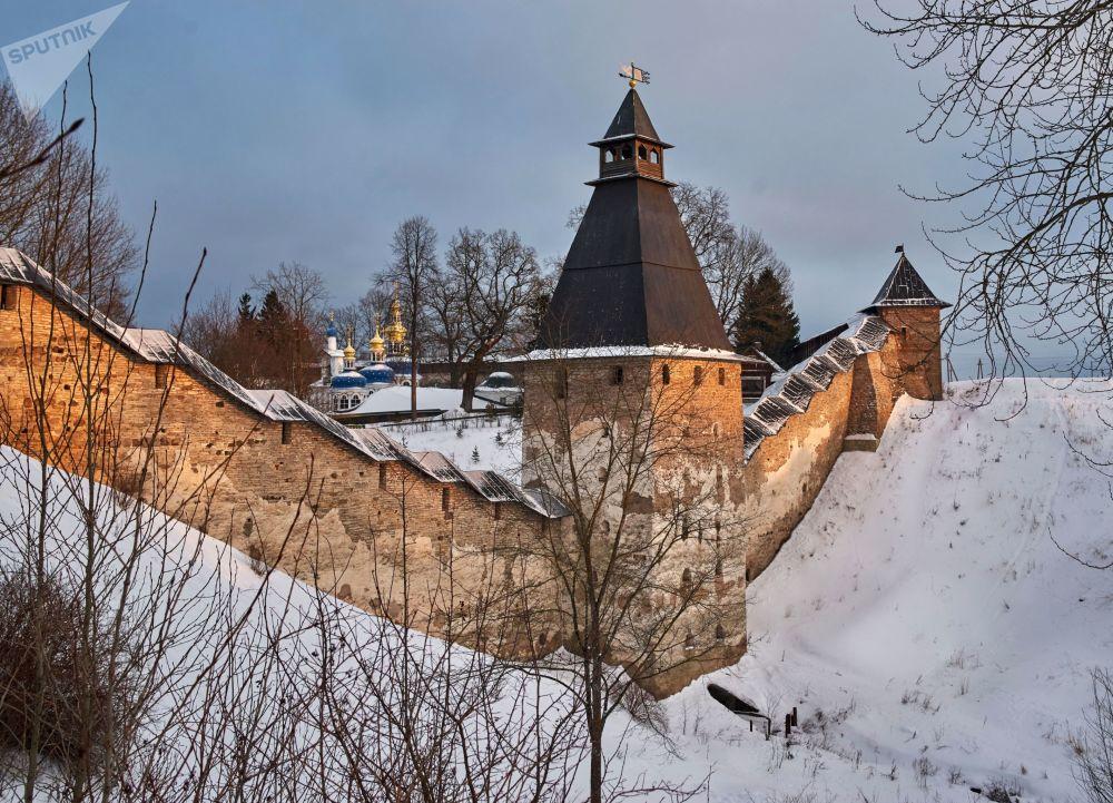 Wieże i mury obronne Monasteru Pskowsko-Pieczerskiego w Pieczorach. Kompleks klasztorny został założony w połowie XV wieku
