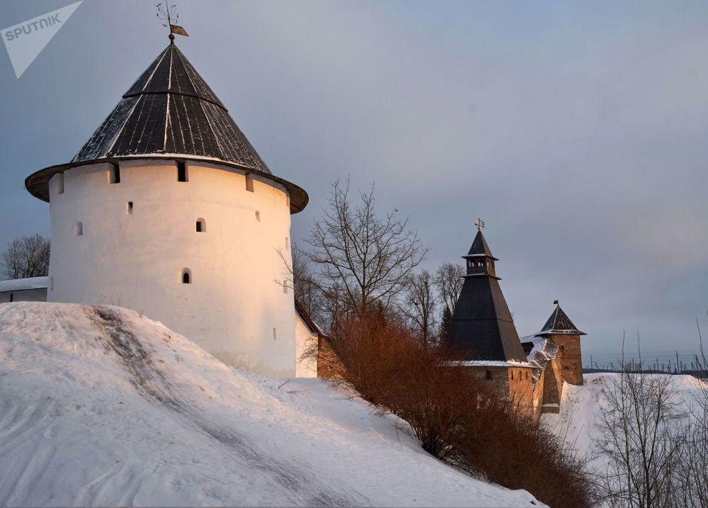 Wieże i mury obronne Monasteru Pskowsko-Pieczerskiego w Pieczorach. Kompleks został założony w połowie XV wieku