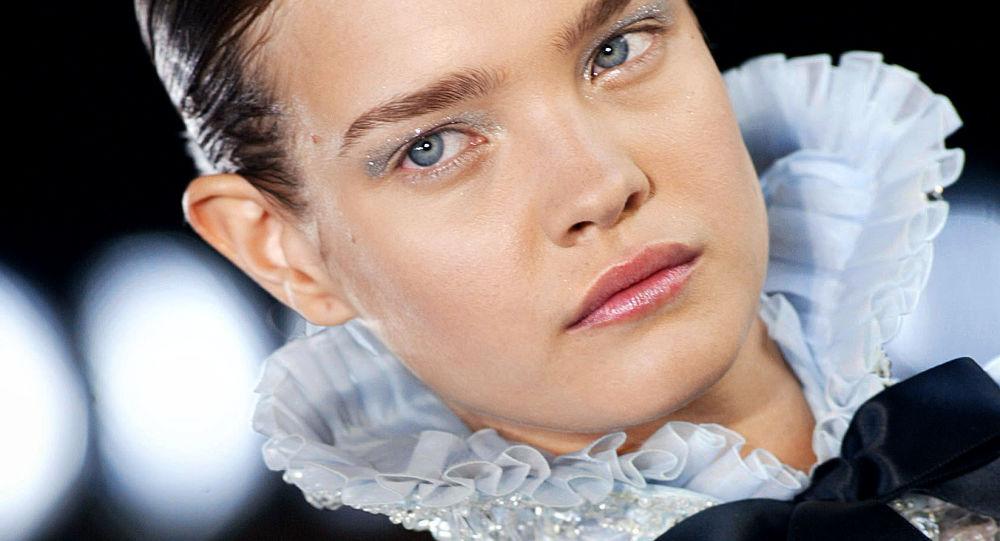 Rosyjska modelka Natalia Wodianowa podczas pokazu kolekcji Karla Lagerfelda w Paryżu