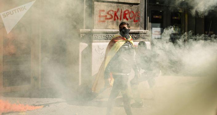 Protestujący w czasie akcji protestu zwolenników niezależności Katalonii