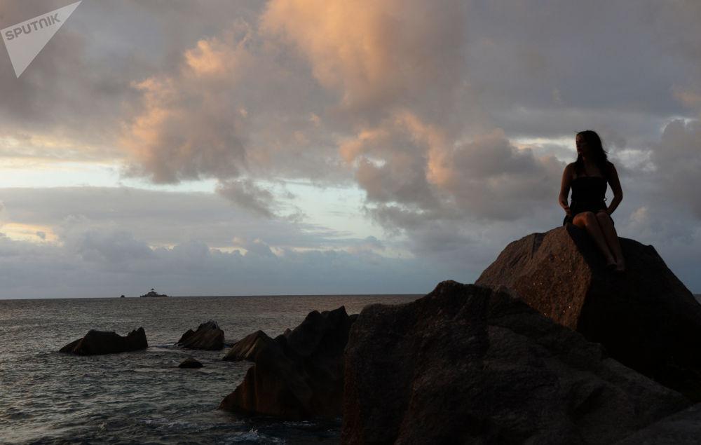 Dziewczyna na brzegu wyspy La Digue – w archipelagu Seszeli