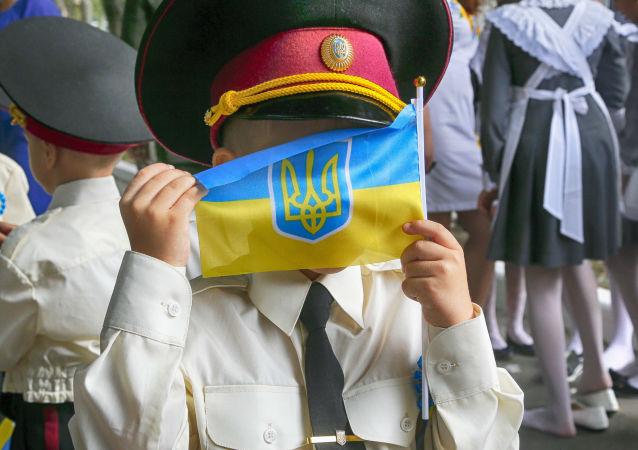 Ukraiński uczeń z flagą