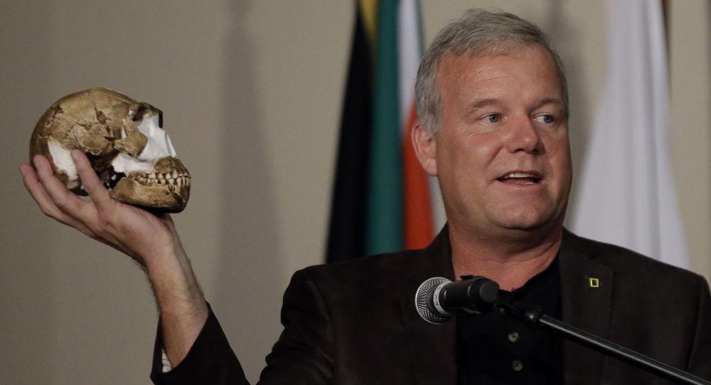 Profesor uniwersytetu Witwatersrand Lee Berger trzyma w ręku czaszkę Homo naledi