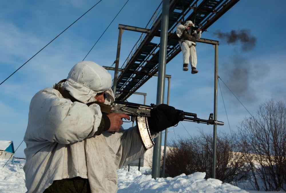 Desantowcy ćwiczą skakanie ze spadochronem, 2011 r.