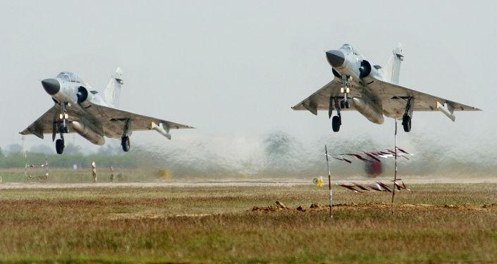 Dwa myśliwce Indyjskich Sił Powietrznych Dassault Mirage 2000 podczas startu