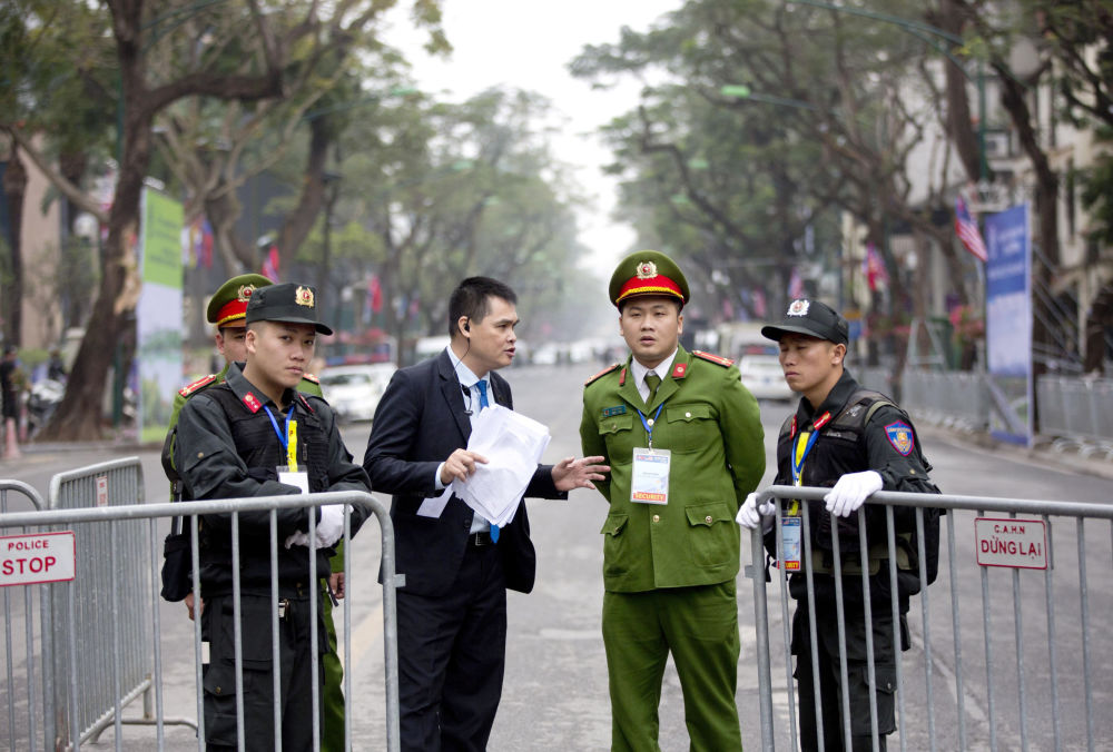 Ochrona przy hotelu, w którym zatrzyma się Kim Dzong Un