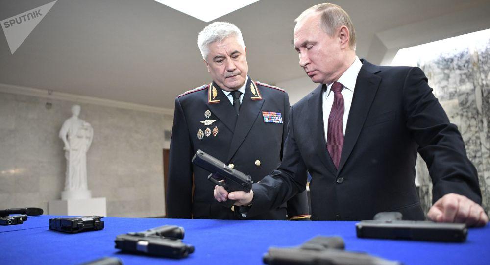 Prezydent Rosji Władimir Putin i minister spraw wewnętrznych Rosji Władimir Kołokolew w czasie oglądania wystawy przed corocznym posiedzeniem kolegium MSW
