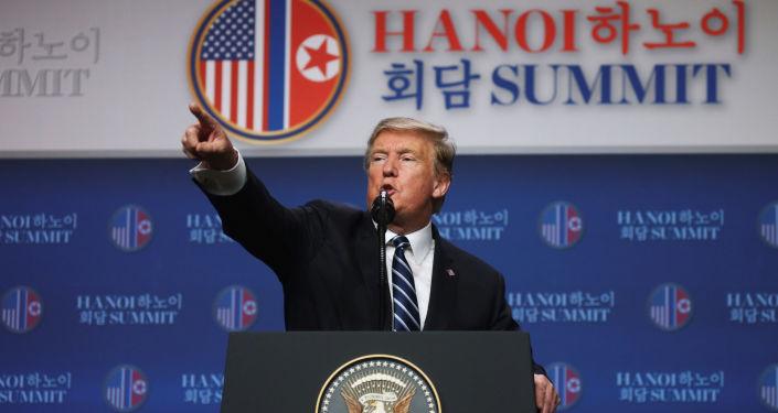 Prezydent USA Donald Trump na konferencji prasowej z Kim Dzong Un w Hanoi