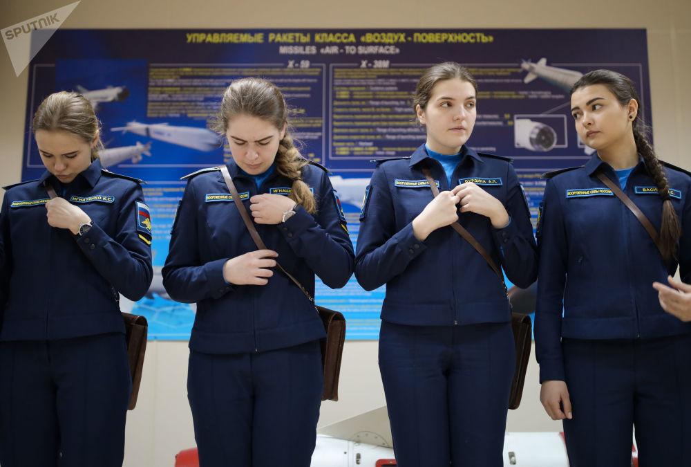 Kursantki na zajęciach ze szkolenia lotniczego w Krasnodarskiej Wyższej Wojskowej Lotniczej Szkole Pilotów im. Bohatera Związku Radzieckiego Anatolija Sierowa