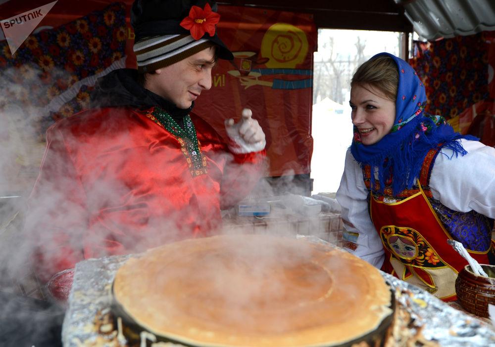 Pieczenie blinów podczas obchodów Maslenicy w Moskwie