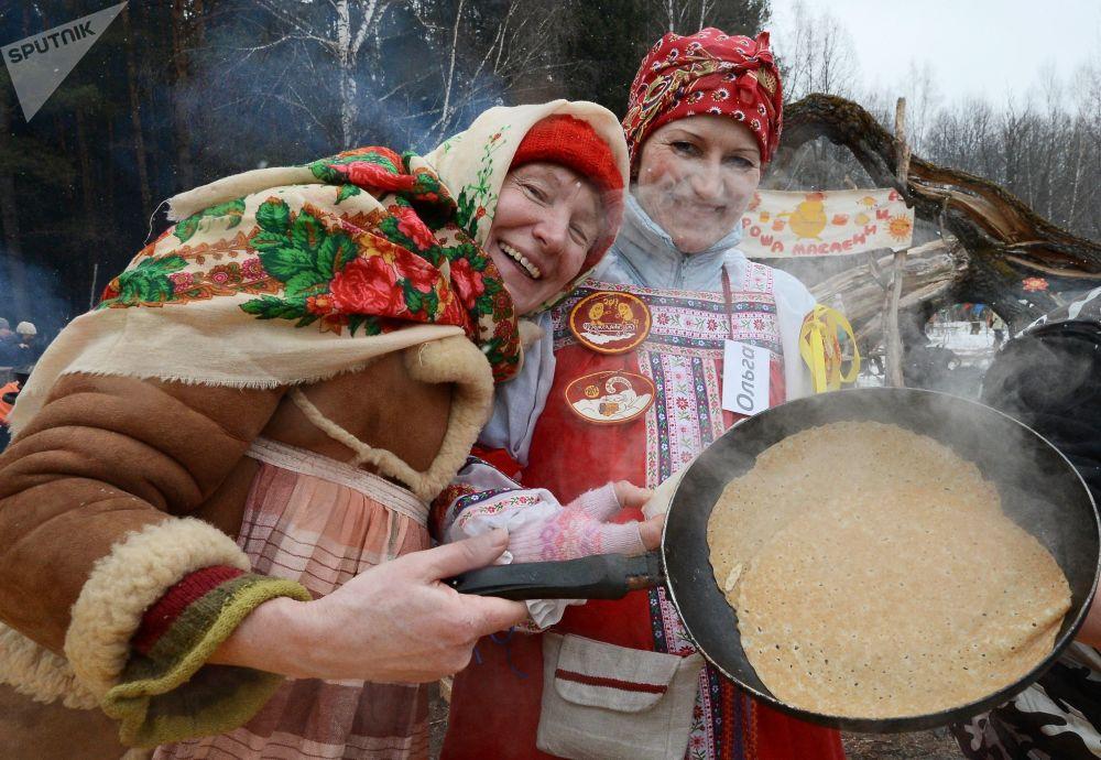 Pieczenie blinów podczas Maslenicy