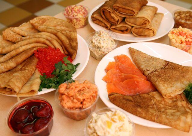 Rosyjskie bliny z kawiorem i rybą