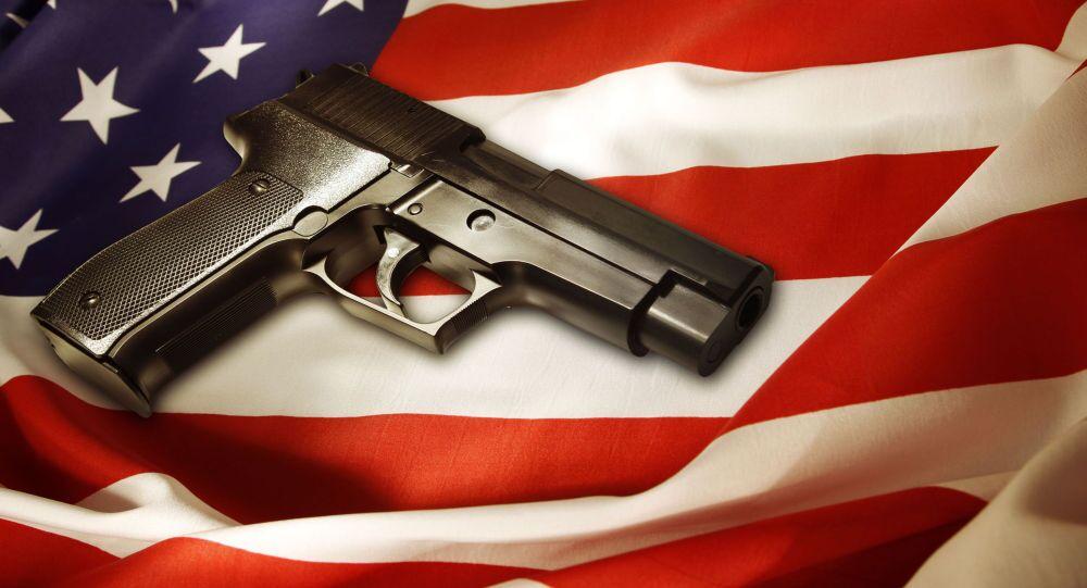 Pistolet na amerykańskiej fladze