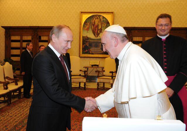 Papież Franciszek i Władimir Putin podczas audiencji w bibliotece papieskiej w Watykanie, 25 listopada 2013