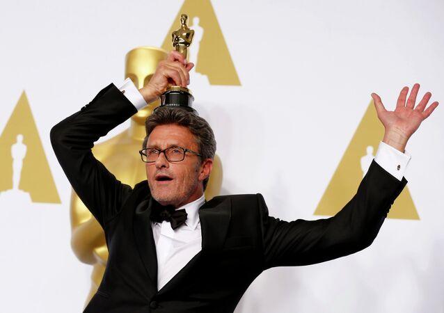 Reżyser Paweł Pawlikowski trzyma Oscara za najlepszy film nieanglojęzyczny dla Idy