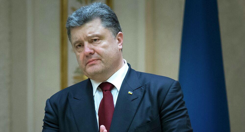 Prezydent Ukrainy Petro Poroszenko gestykuluje w rozmowie z mediami po negocjacjach w Mińsku