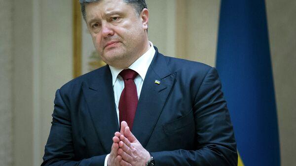 Prezydent Ukrainy Petro Poroszenko gestykuluje w rozmowie z mediami po negocjacjach w Mińsku - Sputnik Polska