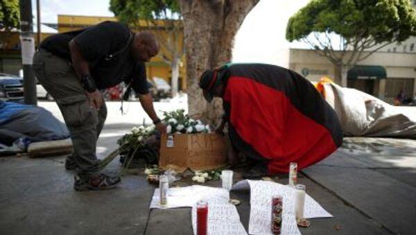 Kwiaty na miejscu zabójstwa bezdomnego w Los Angeles - Sputnik Polska