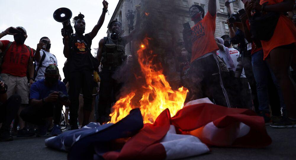 Protesty przed Białym Domem w Dniu Niepodległości USA