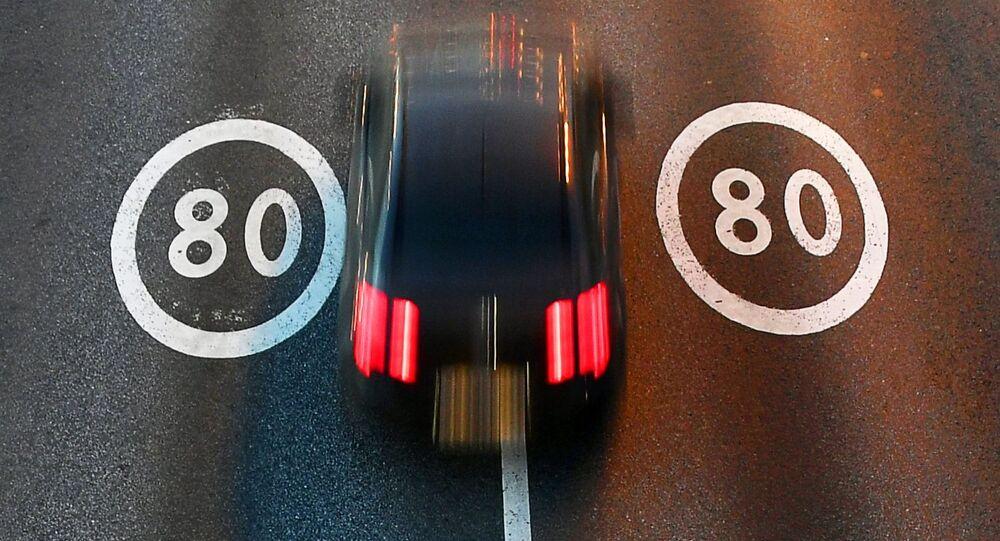 Samochód na odcinku drogi z ograniczeniem prędkości 80 km/godz