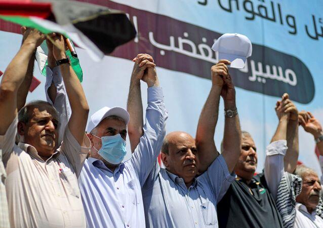 Lider Hamasu Yehya Al-Sinwar oraz przedstawiciele różnych ugrupowań podczas protestów przeciwko polityce Izraela