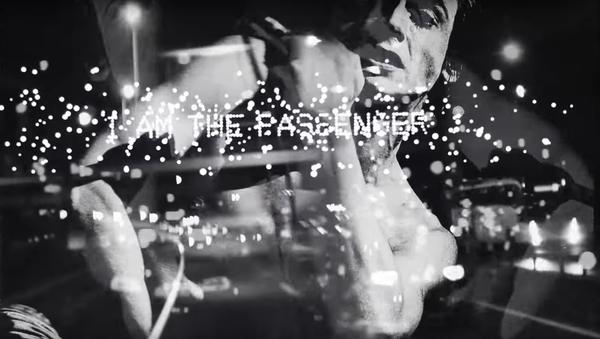 Kadr z oficjalnego teledysku do piosenki Iggy'ego Popa The Passenger. - Sputnik Polska