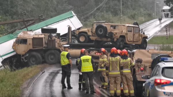 Wypadek z udziałem tira i ciężarówki wojska Stanów Zjednoczonych pod Drawskiem Pomorskim - Sputnik Polska