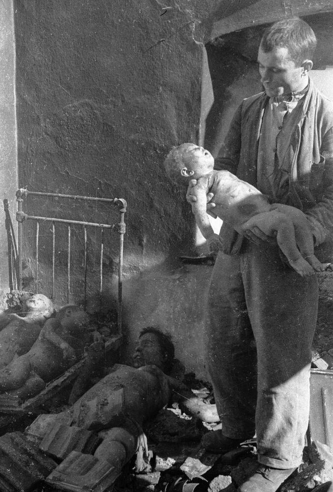 Dzieci, ofiary masakry dokonanej przez OUN, UPA
