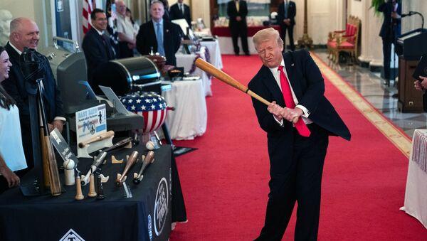 Prezydent Donald Trump wymachuje kijem baseballowym podczas pokazu Spirit of America Showcase w Białym Domu, 2 lipca 2020 rok, Waszyngton - Sputnik Polska