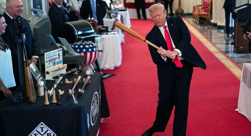 Prezydent Donald Trump wymachuje kijem baseballowym podczas pokazu Spirit of America Showcase w Białym Domu, 2 lipca 2020 rok, Waszyngton