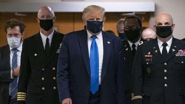 Prezydent USA Donald Trump w maseczce - Sputnik Polska