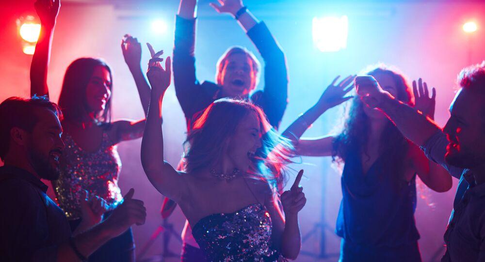 Młodzi ludzie na imprezie