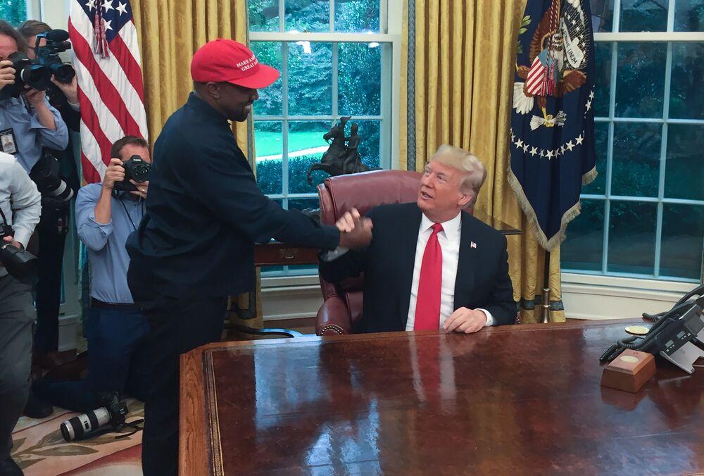 Amerykański raper Kanye West podczas spotkania z Donaldem Trumpem w 2018 roku