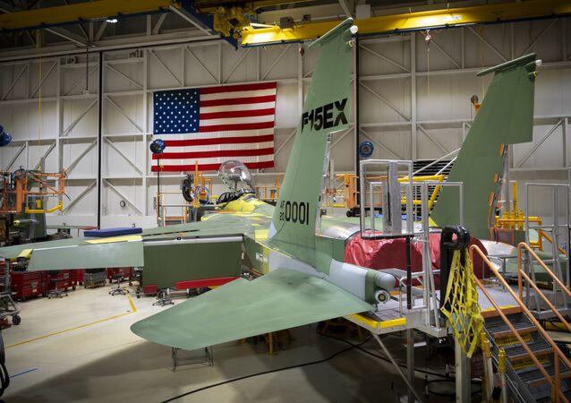Zmodernizowany myśliwiec F-15EX w warsztacie