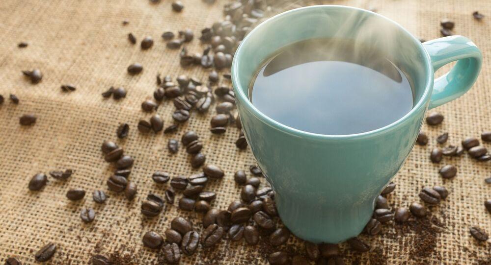 Kubek z zaparzoną kawą