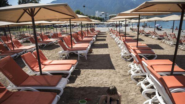 Leżaki na plaży w miejscowości Kemer - Sputnik Polska