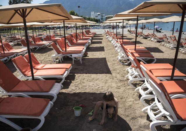 Leżaki na plaży w miejscowości Kemer