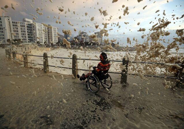 Strumienie morskiej piany w Kapsztadzie