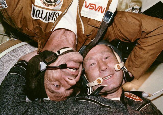 Spotkanie radzieckiego kosmonauty i amerykańskiego po dokowaniu statku kosmicznego Sojuz - Apollo, 1975 rok