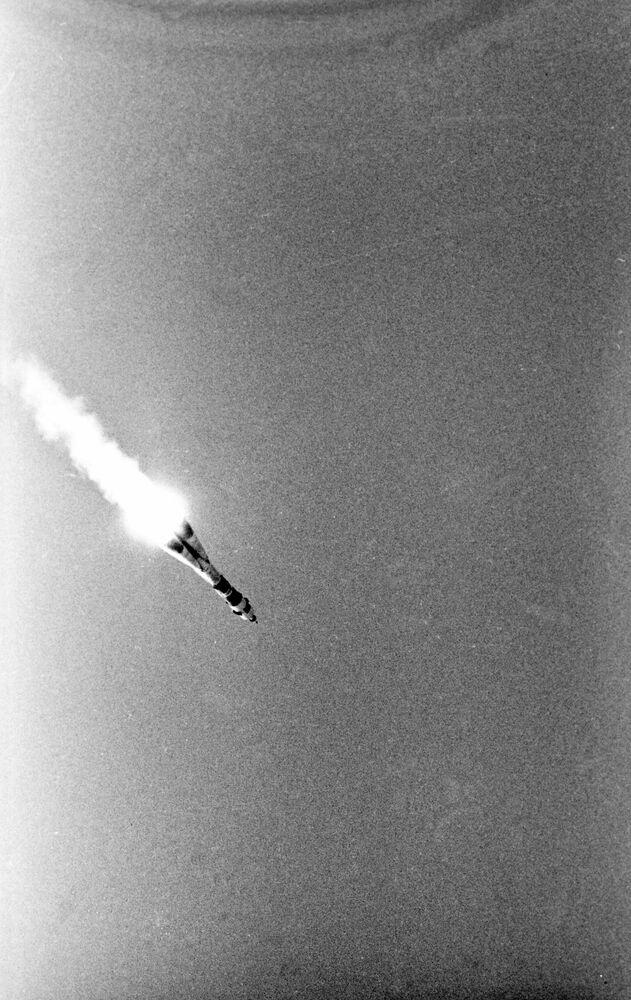 Start sowieckiego statku kosmicznego Sojuz-19 z astronautami Aleksiejem Leonowem i Walerem Kubasowem na pokładzie