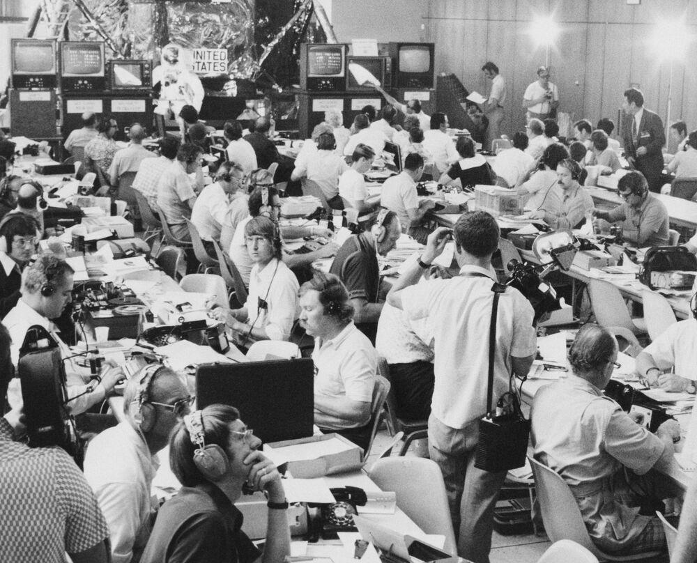 W centrum prasowym ASTP podczas lotu pilotażowego Sojuz Apollo