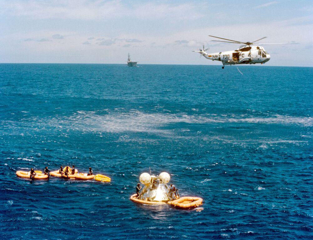 Powrót kapsuły na Ziemię z amerykańskimi astronautami po zakończeniu eksperymentalnego lotu Sojuz-Apollo
