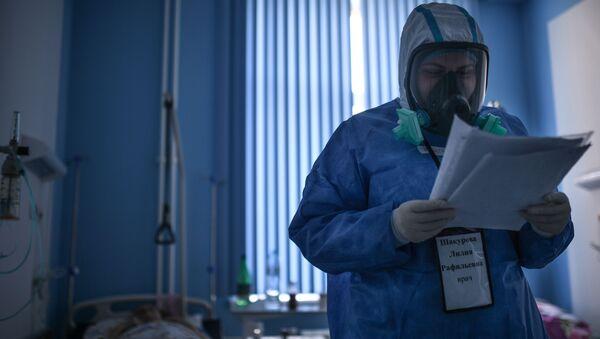 Lekarz podczas obchodu w szpitalu dla zakażonych koronawirusem COVID-19 w Moskwie - Sputnik Polska
