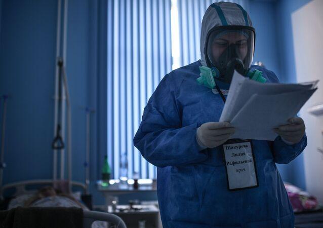 Lekarz podczas obchodu w szpitalu dla zakażonych koronawirusem COVID-19 w Moskwie