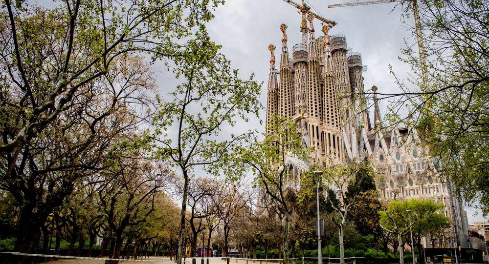 Opustoształe okolice kościoła Sagrada Familia w Barcelonie