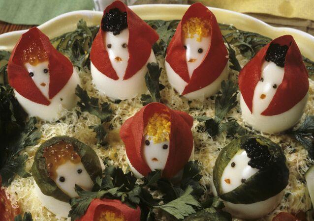 """Sałatka """"Matrioszka"""", której głównym składnikiem są ozdobione jajka na twardo"""