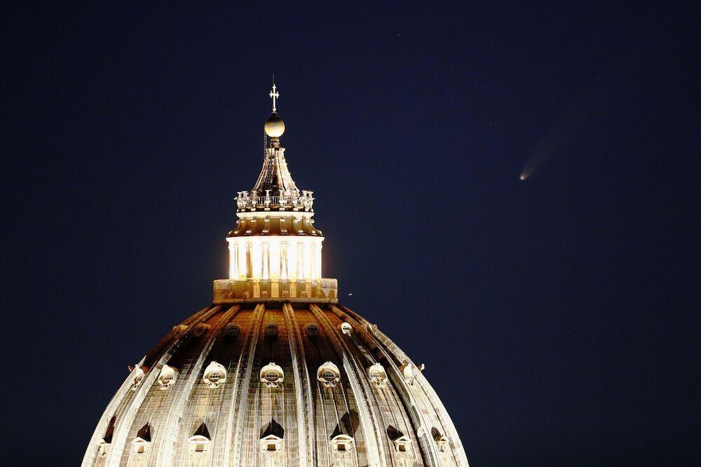 Kometa NEOWISE nad Bazylika Świętego Piotra w Watykanie
