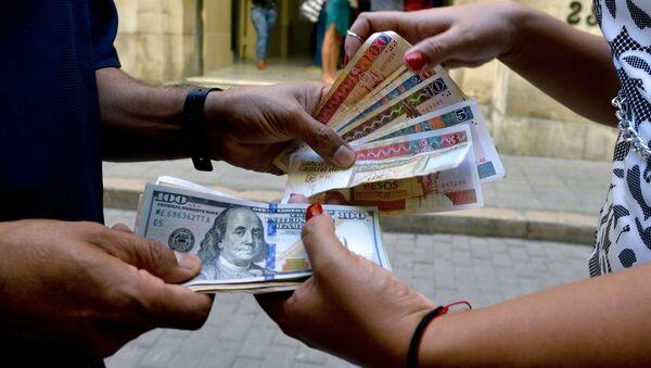 Władze Kuby od 20 lipca zrezygnują z prowizji w wysokości 10% przy wymianie dolarów amerykańskich w bankach. - Sputnik Polska