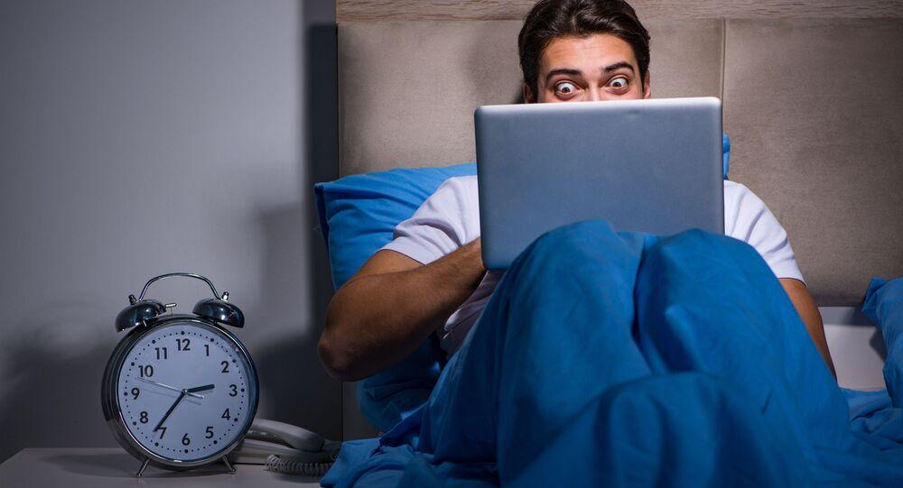 Mężczyzna oglądający porno