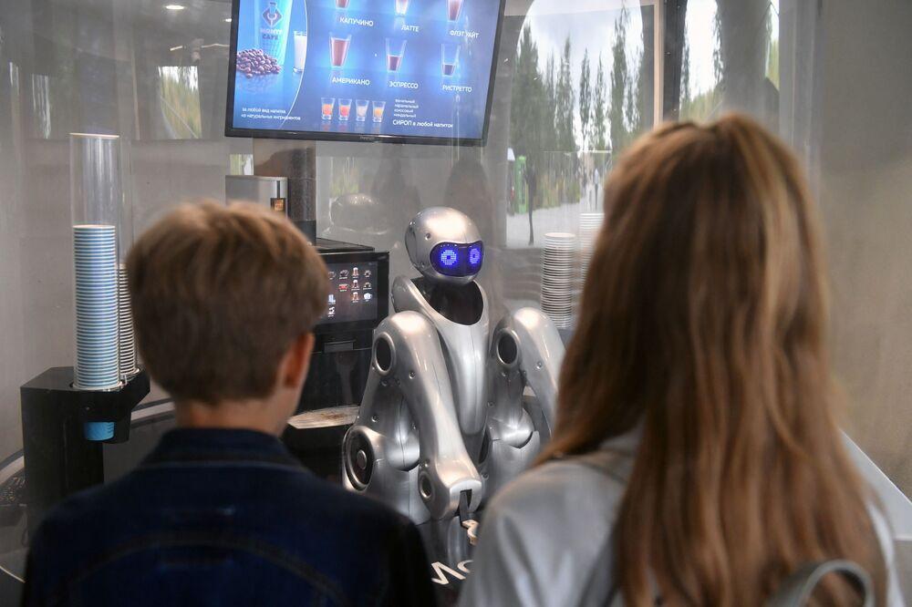 """Robot barista w moskiewskim parku """"Zarjadje"""